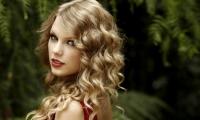 Певица Тейлор Свифт продемонстрировала стройную фигуру в весьма откровенном платье